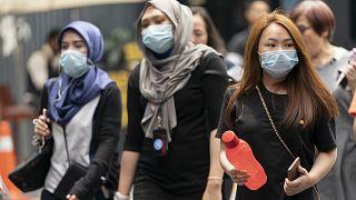Malezya'nın başkenti Kuala Lumpur'da sokakta yürüyen vatandaşlar