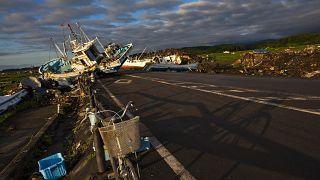 دراجة تركت على طريق مسدودة بسبب السفن التي جرفتها المياه في مدينة نامي، داخل منطقة محظورة قرب منشأة فوكوشيما دايتشي النووية في اليابان. 2011/07/24