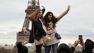 Eyfel kulesinin önünde hatıra fotoğrafı çektiren yabancı öğrenciler