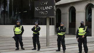 عناصر للشرطة البريطانية أمام مقر شرطة العاصمة لندن سكوتلند يارد. 2020/06/27