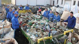 A folyóból kiszedett hulladék szelektálása
