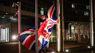 İngiltere Başbakanı Boris Johnson'un Brüksel'i ziyareti öncesi AP binasına İngiliz bayrağı asılıyor. 9 Aralık 2020