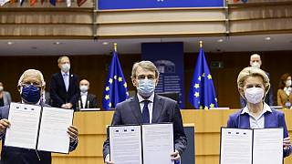 من اليمين إلى الشمال، رئيسة المفوضية الأوروبية أورسولا فون دير لايين ورئيس البرلمان الأوروبي ديفيد ساسولي و ورئيس وزراء البرتغال