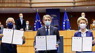 از چپ: آنتونیو کوستا، نخست وزیر پرتغال، دیوید ساسولی، رئیس پارلمان اروپا  و اورزولا فن در لاین، رئیس کمیسیون اروپا پس از امضای رسمی اسناد برگزاری کنفرانس آینده اروپا