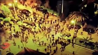 تصاویر پهپادی از حمله جوانان معترض به یک کلانتری در آتن