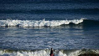 Mann am Strand von San Sebastian in Spanien