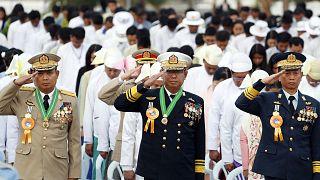 Myanmarlı generaller bir programda bayrağa selam verirken
