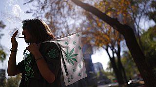 Un homme fume un joint devant le Sénat mexicain lors d'une manifestation pour la légalisation du cannabis, à Mexico, 31 décembre 2019.