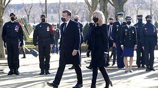 ماکرون و همسرش در مراسم برگزاری نام یادبود قربانیان به تروریسم