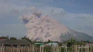 Το ηφαίστειο Σιναμπούνγκ εκτοξεύει τέφρα σε ύψος 1.000 μέτρων