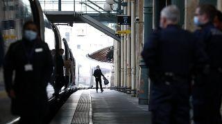 Vonat egy párizsi állomáson