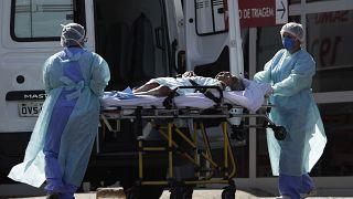 نقل مريض بكورونا إلى المستشفى في برازيليا، البرازيل، 2021.