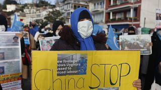 متظاهرة من الويغوز ترفع لافتة تحمل عبارة احتجاج ضد بيكين قرب القنصلية الصينية في اسطنبول. 2021/02/10