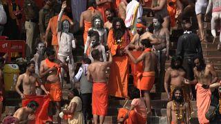 Mergulho sagrado no rio Ganges