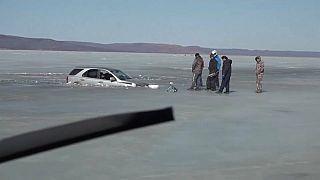 In das Eis eingebrochenes Auto in Primorje, Sibirien