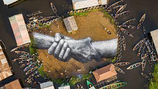 شاهد: لوحة جدارية عملاقة وسط قرية عائمة