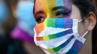 Eine Maske in den Farben des Regenbogens - Symbol für LBGT-Menschen