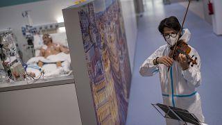 المعلمون يتلقون اللقاح في مدريد الإسبانية