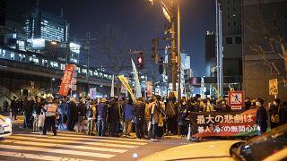 المجموعات المناهضة للمفاعلات النووية  يشاركون في احتجاج أمام مقر شركة طوكيو للكهرباء في طوكيو.