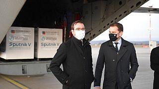 Slovakya Başbakanı Igor Matovic (sağda) ve Sağlık Bakanı Marek Krajci