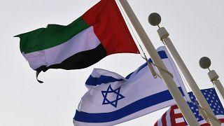 الأعلام الإماراتية والإسرائيلية والأمريكية في مطار أبو ظبي عند وصول أول رحلة تجارية  من إسرائيل إلى الإمارات، 31 آب /  أغسطس 2020.