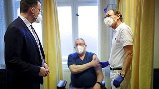 Jens Spahn beim Impfen in einer Arztpraxis in Berlin