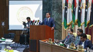رئيس الوزراء الليبي المكلف عبد الحميد دبيبة يلقي كلمة أمام المشرعين خلال الجلسة البرلمانية الأولى الموحدة، في مدينة سرت الساحلية شرق العاصمة، طرابلس.
