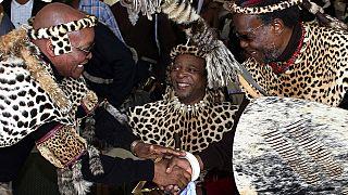 In der Mitte des Bildes Zulu König Goodwill Zwelithini