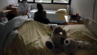 La psychiatre Coline Stordeur parle avec une jeune patiente de l'hôpital Robert Debré, à Paris, le 2 mars 2021.