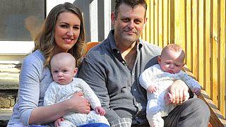 İkiz bebek sahibi bir aile (arşiv)