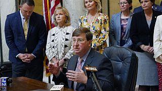 Mississippi kormányzója, Tate Reeves a törvény aláírása után