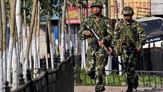 Doğu Türkistan'ın başkenti Urumçi'de deviye gezen Çinli paramiliter görevliler (arşiv)