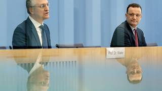O υπουργός Υγείας Γενς Σπαν και ο επικεφαλής του Ινστιτούτου «Ρόμπερτ Κοχ» Λόταρ Βίλερ