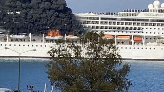 Μαύροι καπνοί βγαίνουν από κρουαζιερόπλοιο που είναι ελλιμενισμένο στο λιμάνι της Κέρκυρας