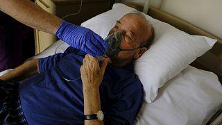 Έλληνας 75χρονος ασθενής με Covid-19 δέχεται θεραπεία με μάσκα οξυγόνου.