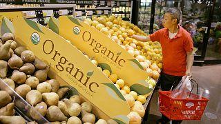 Καταναλωτής επιλέγει βιολογικά προϊόντα