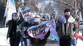 Protesta contra una propuesta de prohibición de las niñas y mujeres transgénero de las ligas deportivas femeninas en Dakota del Sur | 11 de marzo de 2021