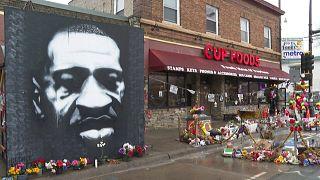 Mural con la imagen de George Floyd en el lugar en el que murió