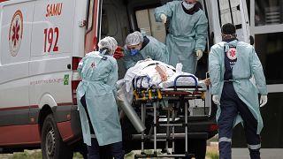 Arrivée d'un patient suspecté d'être atteint du Covid-19 dans un hôpital de Brasilia, le 11 mars 2021.