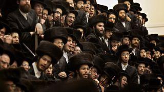 İsrail'de Haredim olarak bilinen ultra Ortodoks Yahudiler, Purim kutlaması yaparken (arşiv)