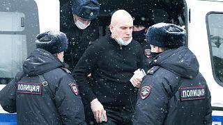 Rus polisi, başkent Moskova'da düzenlenen bir toplantıyı basarak içerideki 170 muhalif siyasetçiyi gözaltına aldı