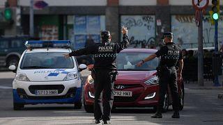 ضباط الشرطة الأسبانية في نقطة تفتيش.