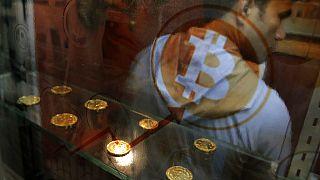 Bitcoin-automatát használó férfi Hongkongban