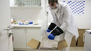 Kicsomagolják a Pfizer-BioNTech-vakcinákat az egri Markhot Ferenc Kórházban 2021. február 9-én