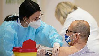 """Un uomo si fa vaccinare con una dose di AstraZeneca all'interno del centro congressi """"La Nuvola"""" a Roma"""