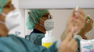 Un médico prepara una vacuna en Bosnia