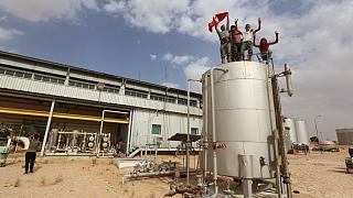 محتجون يقفون فوق صهريج في مشأة نفطية في الجنوب التونسي. 2020/07/16