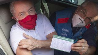 Lula da Silva si vaccina in aperta critica di Bolsonaro che accelera sui vaccini