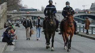 Policías patrullan a caballo a orillas del Sena, en París.