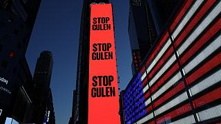 """ABD'nin New York kentindeki Times Meydanı'nda bulunan dijital dev ekranda, """"Gülen'i durdurun"""" ifadesinin yer aldığı ilan verildi"""